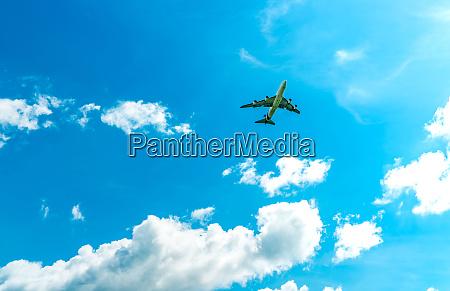 komercyjne linie lotnicze latajace na blekitnym