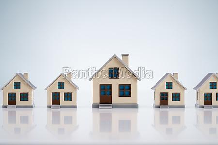male modele dom ulozone w rzedzie
