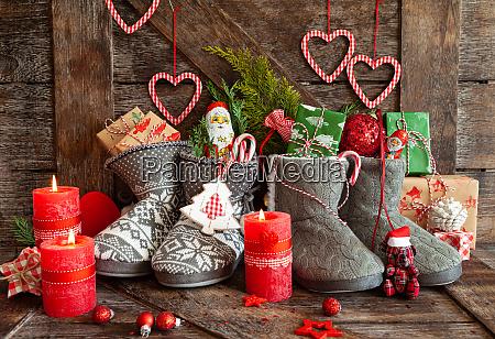 buty z malymi prezentami i cukierkami