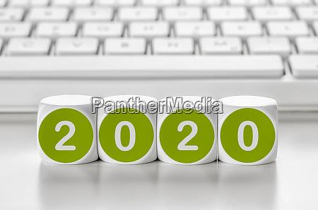 kostka literowa przed klawiatura 2020