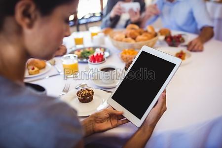 bizneswoman za pomoca cyfrowego tabletu w