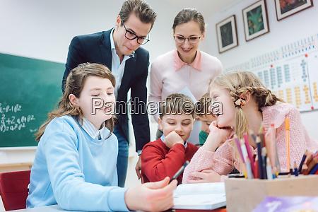 grupowa sesja robocza w szkole z