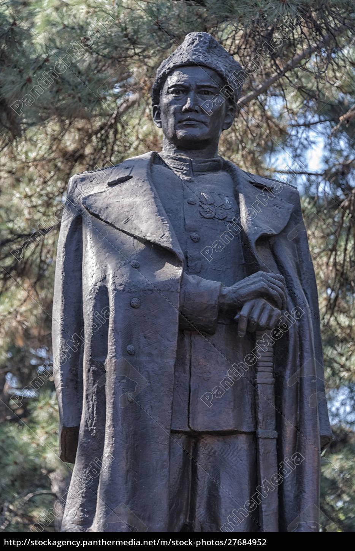 pomnik, kazakh, bohatera, wojny, bauyrzhan, momyshuly., ałmaty, kazachstan. - 27684952
