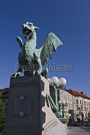dragon statua z blachy miedzianej na
