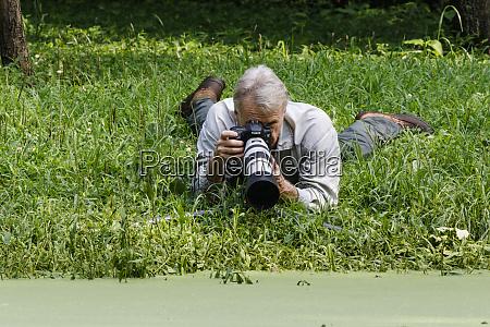 fotograf przyrody pracujacy