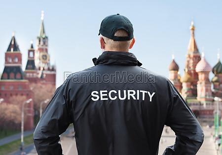 bezpieczenstwa czlowiek patrzac na kreml w