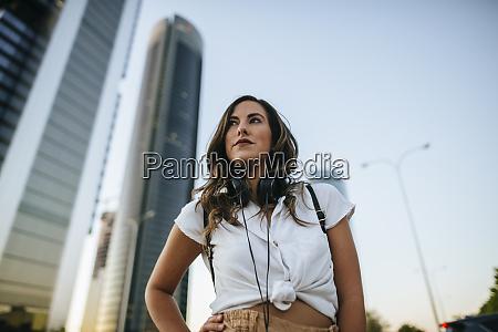 mloda kobieta ze sluchawkami na szyi