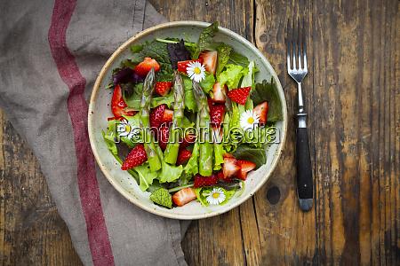 zblizenie salatki z zielonymi szparagami truskawkami