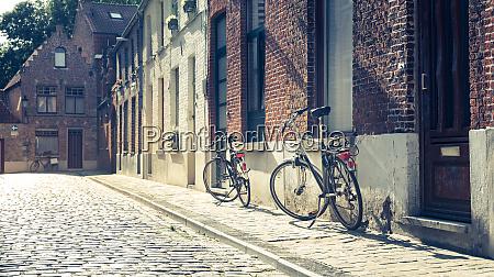 rowery na starej elewacji budynku przytulnej