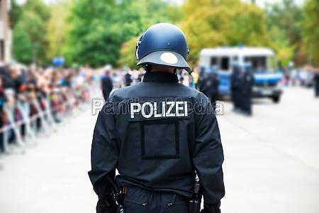 niemiecki policjant na publicznym protescie