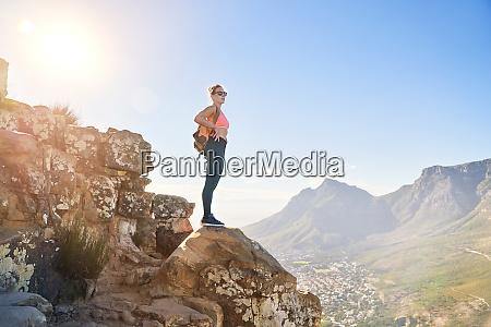 młoda, kobieta, turystka, na, słonecznym, klifie - 28130449