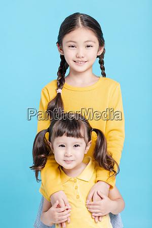 zblizenie dwie male dziewczynki siostry przytulanie
