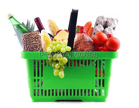 plastikowy koszyk z roznymi produktami spozywczymi