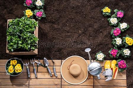 narzedzia ogrodnicze i doniczki w ogrodzie