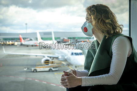 kobieta z maska na ustach chroni