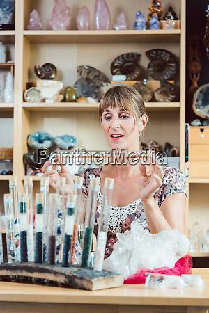 mloda kobieta pracujaca z kamieniami szlachetnymi