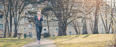 kobieta jogging w dol sciezke zwiekszenie