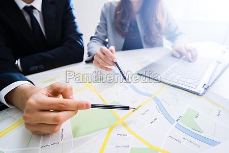 dwie osoby patrzace na mape miasta