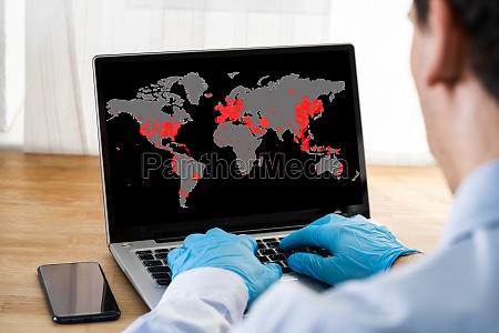 sprawdzanie coronavirus infection mapa na laptopie