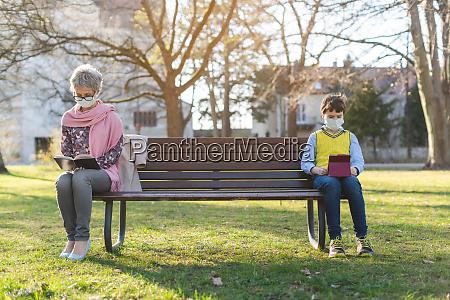 babcia i wnuk rozdzieleni przez spoleczne