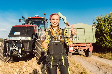 rolnik kobieta przed maszyn rolniczych dajac