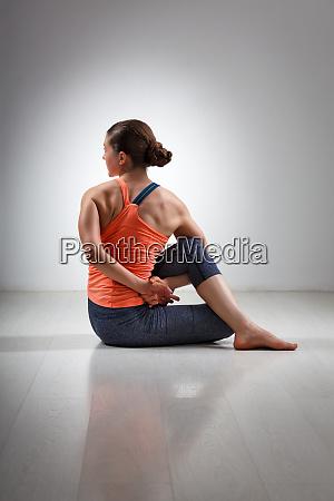 sportowa fit yogini kobieta cwiczy joge