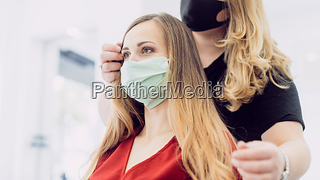 kobieta ze swieza stylizacja wlosow w