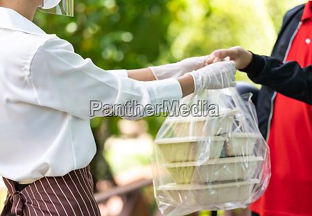 deliverly czlowiek odebrac zamowienie zywnosci