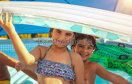 wesole dzieci w basenie