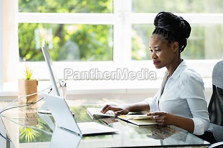 happy professional woman pracownik za pomoca