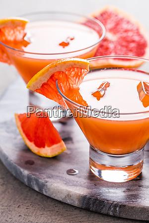 Swiezy rozowy napoj grejpfrutowy z sokiem