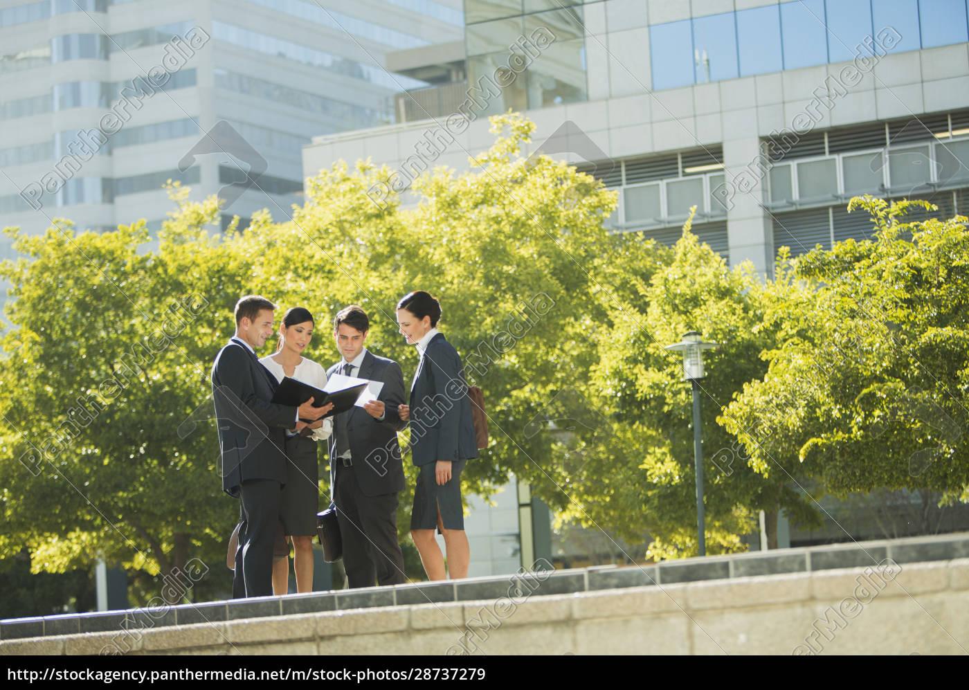 ludzie, biznesu, omawiający, dokumenty, na, zewnątrz - 28737279