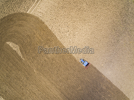 widok z lotu ptaka ciagnika w