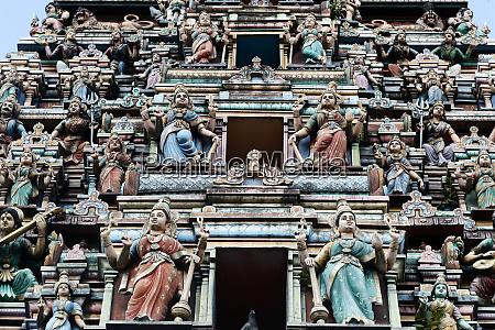 hinduscy bogowie zdobia pieciopietrowa raja gopuram