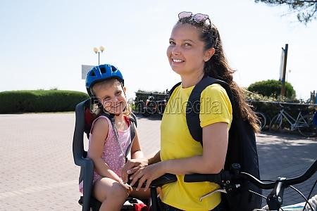 matka jazda na rowerze na zewnatrz