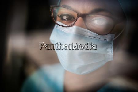 mloda kobieta medyk w masce i