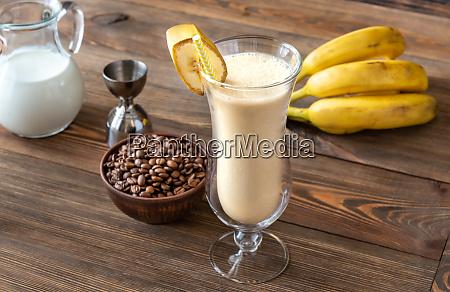 szklanka brudnego banana koktajl