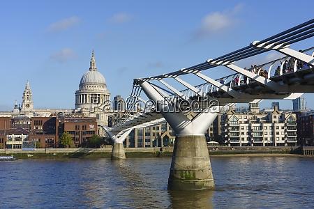 millennium bridge z katedra Swietego pawla