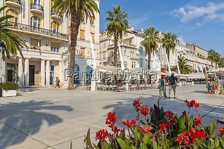 widok budynkow i kawiarni na promenadzie