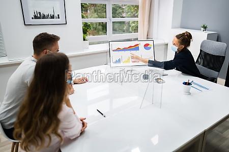 mloda para rodzinna spotkanie doradca finansowy