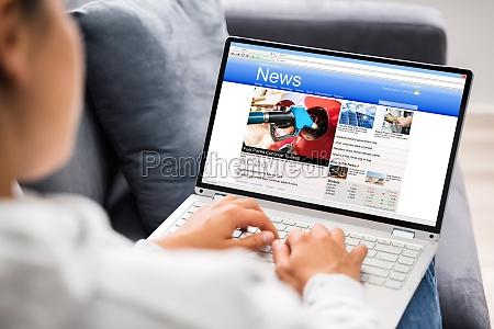 ogladanie wiadomosci na ekranie komputera przenosnego
