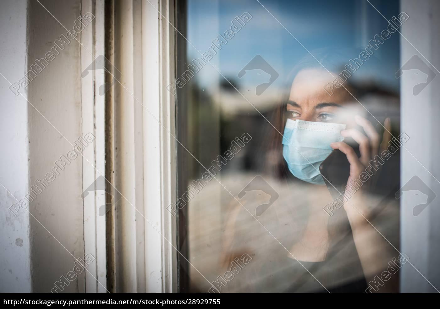 kobieta, rozmawia, przez, telefon, komórkowy, podczas - 28929755