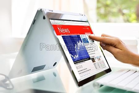 czytanie strony internetowej wiadomosci lub gazety