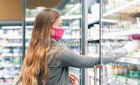 kobieta w supermarkecie zakupy na wyspie