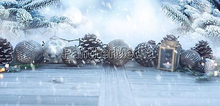 Swiateczna dekoracja w zasniezonym ogrodzie