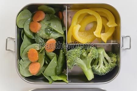 Swieze warzywa w pudelku na lunch
