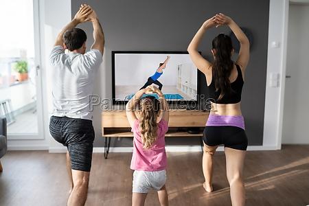 fit rodzina doing home online rozciaganie