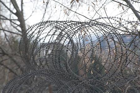 ogrodzenie z drutu kolczastego na granicy