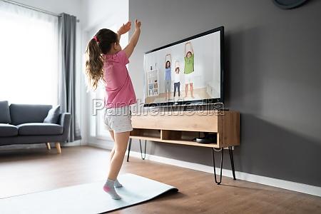 dziecko robi online tv fitness Cwiczenia