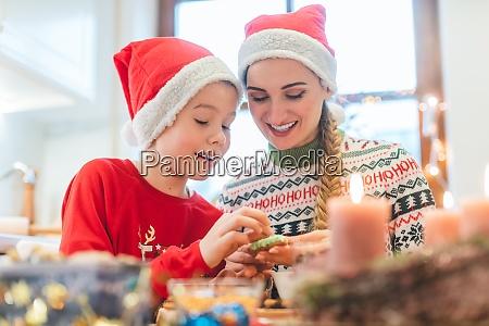 rodzina zabawy pieczenia ciasteczek na boze